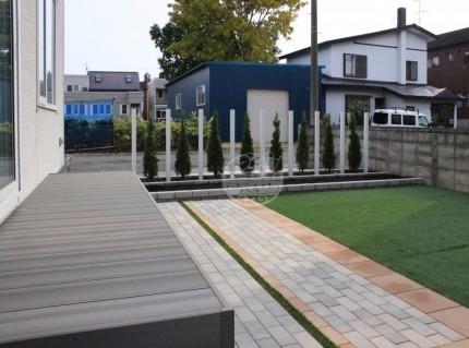 札幌市北区新琴似 樹ら楽ステージ木彫 枕木材R LIXIL